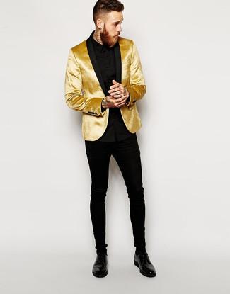 Как и с чем носить: золотой бархатный пиджак, черная классическая рубашка, черные зауженные джинсы, черные кожаные туфли дерби