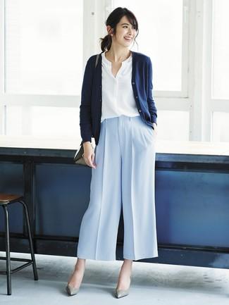 Как и с чем носить: темно-синий кардиган, белая блуза на пуговицах, голубые широкие брюки, серые кожаные туфли