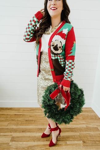 Как и с чем носить: красный новогодний кардиган, белая блуза с коротким рукавом, золотая юбка-карандаш с пайетками, красные замшевые туфли