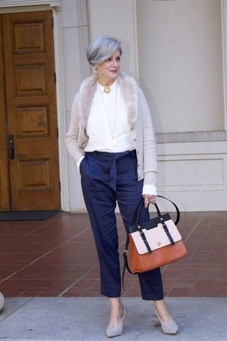 Как и с чем носить: серый кардиган, белая блузка с длинным рукавом, темно-синие брюки-галифе в вертикальную полоску, серые замшевые туфли