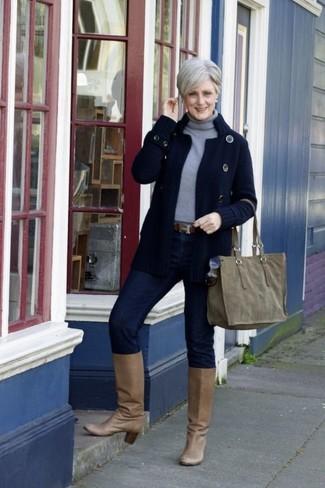 Как и с чем носить: темно-синий вязаный кардиган, серая водолазка, темно-синие джинсы скинни, светло-коричневые кожаные сапоги