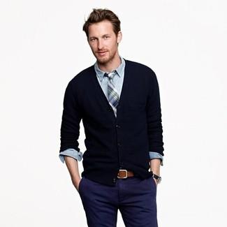 Черный кардиган и темно-синие брюки чинос великолепно впишутся в ансамбль в непринужденном стиле.