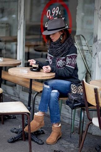 Как и с чем носить: темно-серый кардиган с жаккардовым узором, синие рваные джинсы скинни, светло-коричневые угги, темно-коричневая кожаная сумка-саквояж