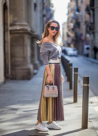 Как и с чем носить: серый кардиган, золотая длинная юбка со складками, белые кожаные низкие кеды, серебряная кожаная сумочка