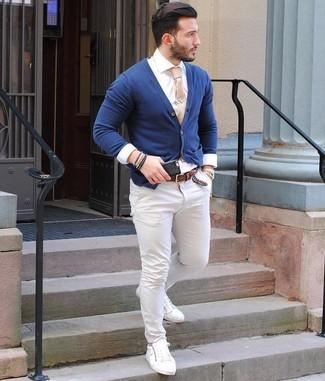 Как и с чем носить: темно-синий кардиган, белая классическая рубашка, белые брюки чинос, белые кожаные низкие кеды