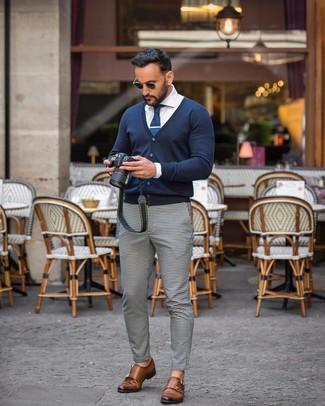 Как и с чем носить: темно-синий кардиган, белая классическая рубашка, бело-черные брюки чинос в мелкую клетку, коричневые кожаные монки с двумя ремешками