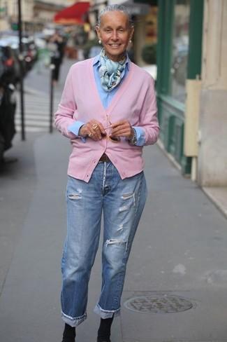 Голубые рваные джинсы-бойфренды: с чем носить и как сочетать: Если в одежде ты делаешь ставку на комфорт и практичность, розовый кардиган и голубые рваные джинсы-бойфренды — великолепный вариант для стильного ансамбля на каждый день. В тандеме с этим ансамблем великолепно выглядят черные ботильоны на резинке.