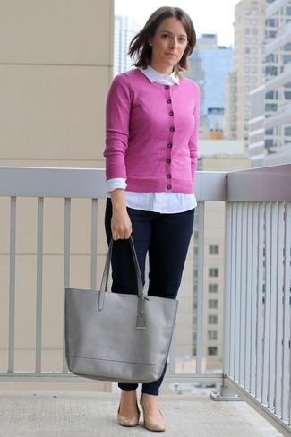 Модный лук: Ярко-розовый кардиган, Белая классическая рубашка, Темно-синие джинсы скинни, Светло-коричневые кожаные туфли