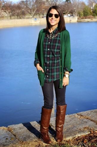 Как и с чем носить: темно-зеленый кардиган, темно-зеленая классическая рубашка в шотландскую клетку, темно-синие джинсы скинни, коричневые кожаные сапоги
