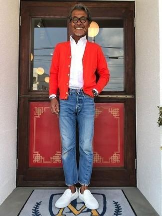 Как и с чем носить: красный кардиган, белая классическая рубашка, синие джинсы, белые кожаные слипоны