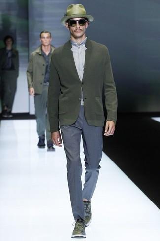 Как и с чем носить: оливковый кардиган, серая классическая рубашка, синие классические брюки, оливковые кожаные туфли дерби