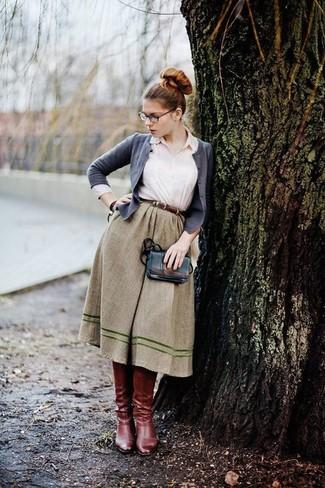 Модный лук: Серый кардиган, Белая классическая рубашка, Оливковая пышная юбка, Темно-красные кожаные сапоги