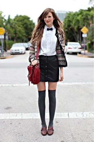 Как и с чем носить: серый кардиган с жаккардовым узором, белая классическая рубашка, черная кожаная юбка на пуговицах, темно-коричневые кожаные лоферы