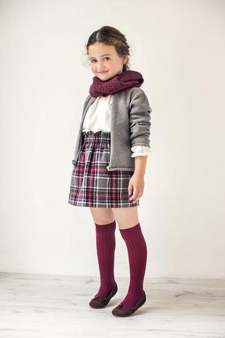 Как и с чем носить: серый кардиган, белая классическая рубашка, серая юбка в шотландскую клетку, темно-коричневые балетки
