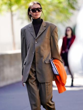 Как и с чем носить: оранжевый кардиган, коричневый костюм, черная водолазка, бело-черный клатч из плотной ткани с принтом