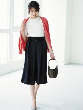 Как и с чем носить: красный кардиган, белая кофта с коротким рукавом, черные брюки-кюлоты, серые кожаные туфли