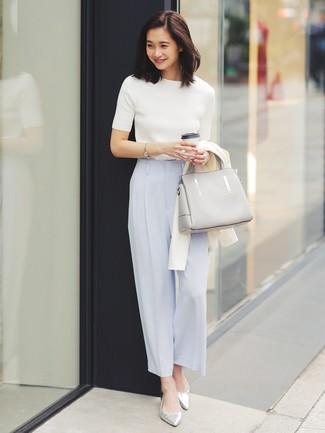 Как и с чем носить: белый кардиган, белая кофта с коротким рукавом, голубые широкие брюки, серебряные кожаные балетки