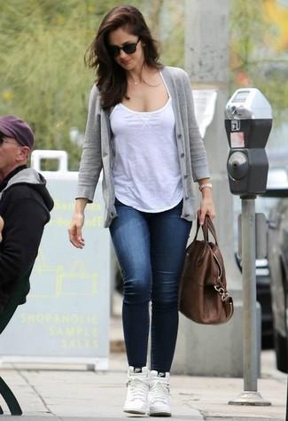 Как и с чем носить: серый кардиган, белая майка, темно-синие джинсы скинни, белые кожаные высокие кеды