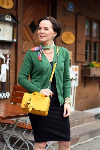 Как одеваться женщине за 50: Зеленый кардиган и черная юбка-карандаш — неотъемлемые вещи в арсенале дам с замечательным вкусом в одежде.