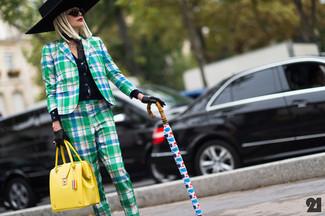 Желтая кожаная сумка-саквояж: с чем носить и как сочетать: Советуем взять на вооружение это удобное сочетание зеленого пиджака в шотландскую клетку и желтой кожаной сумки-саквояжа.