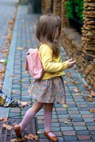 Как и с чем носить: желтый кардиган, розовое платье, коричневые балетки, розовый рюкзак