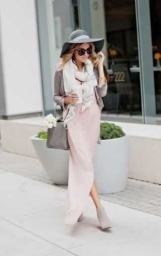 Как и с чем носить: серый кардиган, розовое платье-макси, серые замшевые ботильоны, серая кожаная большая сумка