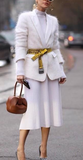 Как и с чем носить: белый кардиган из мохера, белое вязаное платье-миди, серые кожаные туфли, коричневый кожаный клатч