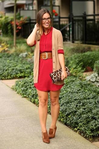 Как и с чем носить: светло-коричневый кардиган, красное платье-рубашка, коричневые кожаные туфли, светло-коричневый замшевый клатч с леопардовым принтом