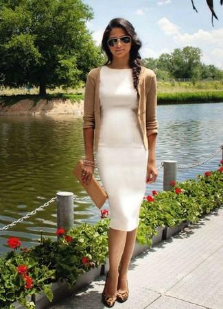 Модный лук: Светло-коричневый кардиган, Белое платье-футляр, Коричневые замшевые туфли с леопардовым принтом, Светло-коричневый кожаный клатч