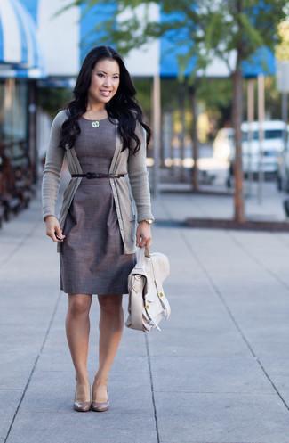 Модный лук: Серый кардиган, Серое платье-футляр, Серые кожаные туфли, Бежевая кожаная сумка-саквояж