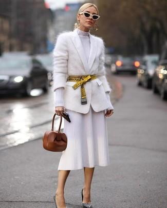 Как и с чем носить: белый кардиган из мохера, белое вязаное платье-футляр, серебряные туфли с пайетками, коричневый кожаный клатч