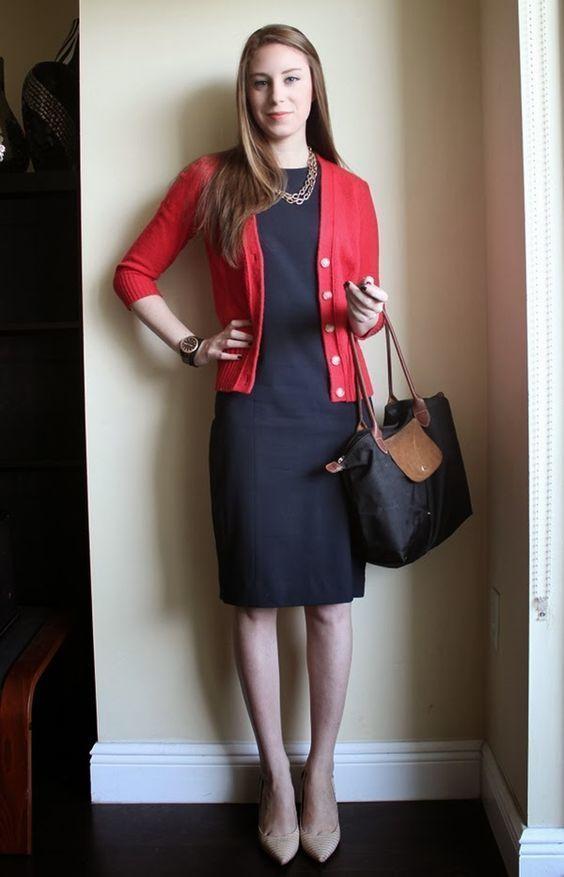 Серое платье с красным кардиганом