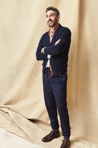 Как и с чем носить: черный кардиган, белая рубашка с длинным рукавом, темно-синие брюки чинос, темно-коричневые кожаные броги