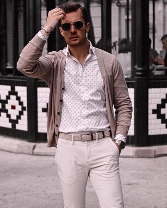 Как и с чем носить: бежевый кардиган, белая рубашка с длинным рукавом с принтом, бежевые брюки чинос, бежевый плетеный ремень из плотной ткани