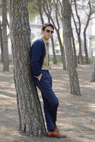Оливковые солнцезащитные очки: с чем носить и как сочетать мужчине: Если у тебя запланирован суматошный день, сочетание темно-синего кардигана и оливковых солнцезащитных очков поможет составить практичный лук в стиле кэжуал. Хотел бы привнести сюда нотку строгости? Тогда в качестве дополнения к этому ансамблю, обрати внимание на табачные кожаные броги.