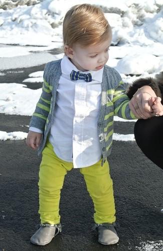 Как и с чем носить: серый кардиган, белая рубашка с длинным рукавом, желтые брюки, серые ботинки