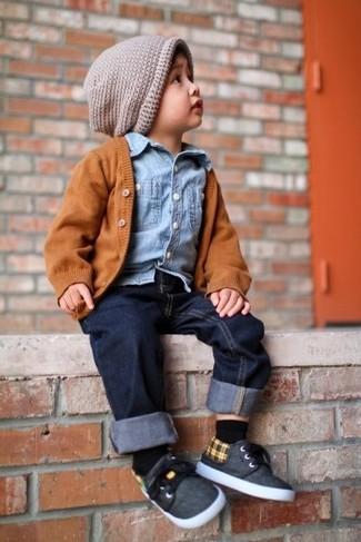 Как и с чем носить: оранжевый кардиган, голубая джинсовая рубашка с длинным рукавом, темно-синие джинсы, темно-серые кеды