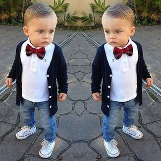 Как и с чем носить: темно-синий кардиган, белая рубашка с длинным рукавом, синие джинсы, белые кеды