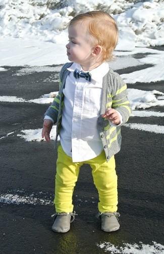 Как и с чем носить: серый кардиган, белая рубашка с длинным рукавом, зелено-желтые джинсы, серые ботинки дезерты