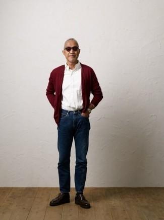 Темно-красные кожаные ботинки дезерты: с чем носить и как сочетать: Собираясь в вечера в кино или кафе с возлюбленной, обрати внимание на образ из темно-красного кардигана и темно-синих джинсов. В тандеме с этим луком наиболее уместно будут смотреться темно-красные кожаные ботинки дезерты.