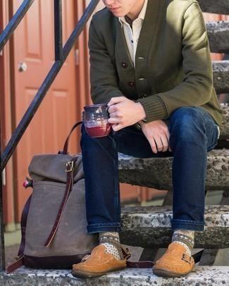 С чем носить коричневые замшевые лоферы мужчине: Оливковый кардиган в паре с темно-синими джинсами позволит выразить твой индивидуальный стиль и выгодно выделиться из серой массы. Любители экспериментов могут дополнить ансамбль коричневыми замшевыми лоферами, тем самым добавив в него немного строгости.
