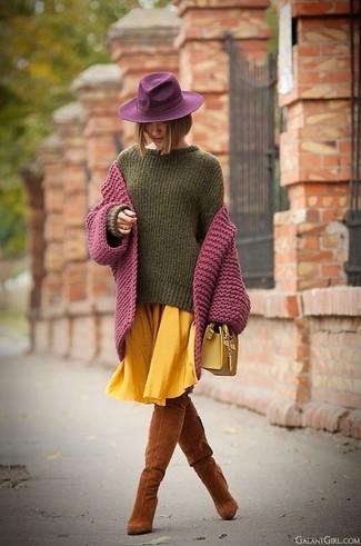 Как и с чем носить: пурпурный вязаный кардиган, оливковый свободный свитер, желтая юбка-миди со складками, табачные замшевые ботфорты
