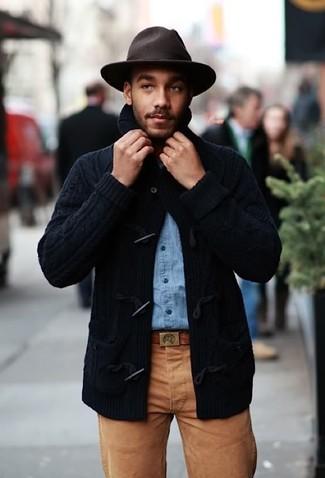 Как и с чем носить: темно-синий кардиган с деревянными пуговицами, голубая джинсовая рубашка, коричневые брюки чинос, темно-коричневая шерстяная шляпа