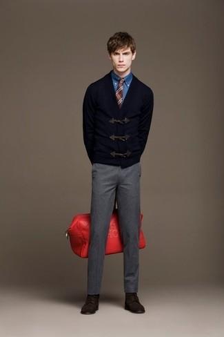 Как и с чем носить: темно-синий кардиган с деревянными пуговицами, синяя джинсовая рубашка, серые шерстяные классические брюки, темно-коричневые замшевые повседневные ботинки
