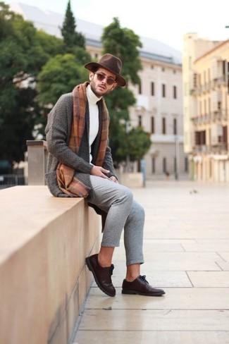 Белая водолазка: с чем носить и как сочетать мужчине: Белая водолазка и серые брюки чинос — универсальное лук из и для вечернего свидания с любимой в кино или кафе, и для похода на выставку с ней же. Думаешь сделать ансамбль немного элегантнее? Тогда в качестве дополнения к этому образу, стоит выбрать темно-коричневые кожаные туфли дерби.