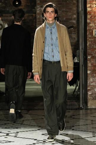 Модный лук: светло-коричневый кардиган с отложным воротником, серая водолазка, голубая джинсовая рубашка, темно-зеленые классические брюки