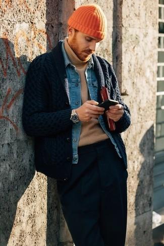 Как и с чем носить: темно-синий кардиган с отложным воротником, синяя джинсовая куртка, светло-коричневая водолазка, темно-синие классические брюки