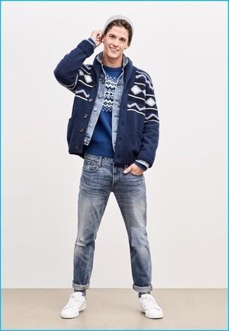 Как и с чем носить: темно-синий кардиган с отложным воротником с жаккардовым узором, голубая джинсовая куртка, синий свитер с круглым вырезом с жаккардовым узором, голубые рваные джинсы