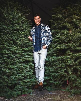 Модный лук: темно-синий кардиган с отложным воротником с принтом, темно-синяя джинсовая рубашка, серые брюки чинос, табачные замшевые ботинки челси
