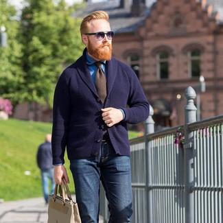 Как и с чем носить: темно-синий кардиган с отложным воротником, синяя джинсовая рубашка, темно-синие джинсы, бежевая кожаная большая сумка